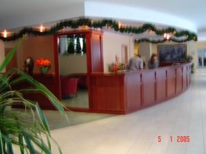 Hotel WERSAL Zakopane (filungi i pilastry z drewna bukowego, blat laminowany)