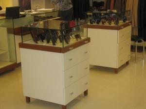 ekspozytory na portfele  (drewno mahoniowe, szkło, mdf lakierowany)