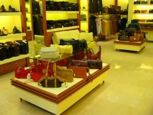 ekspozytory na torby (drewno mahoniowe, szkło, mdf lakierowany)