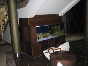 Ośrodek Sanatoryjno - Wypoczynkowy OLYMP II Kołobrzeg - zabudowa akwarium (kasetony bukowe), kubik